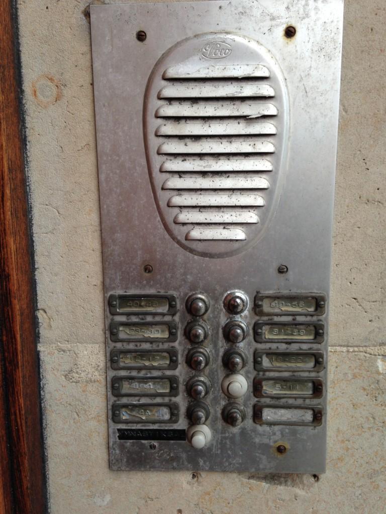 Udskiftning af gammelt porttelefon anlæg til Siedle - før